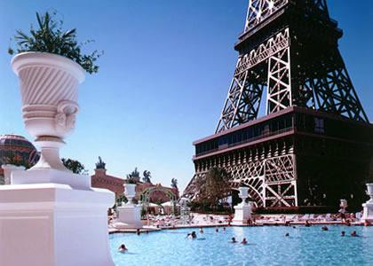 Le Paris Vegas avec sa Tour Eiffel et une belle piscine.